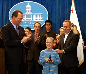 Sen. Hollingsworth, Noah Sheiring and Sen. Steinberg with MIND staff © 2010 Calif. State Senate Photography